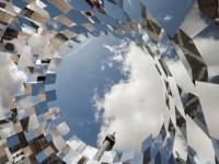 """""""Ring"""" è l'installazione a specchio a Place Vendôme di Arnaud Lapierre."""